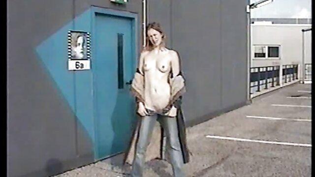 Um grande vídeo de pornô das mulheres mais gostosas do mundo atleta sem preservativo fode o parceiro ao estilo do cão depois de um broche.